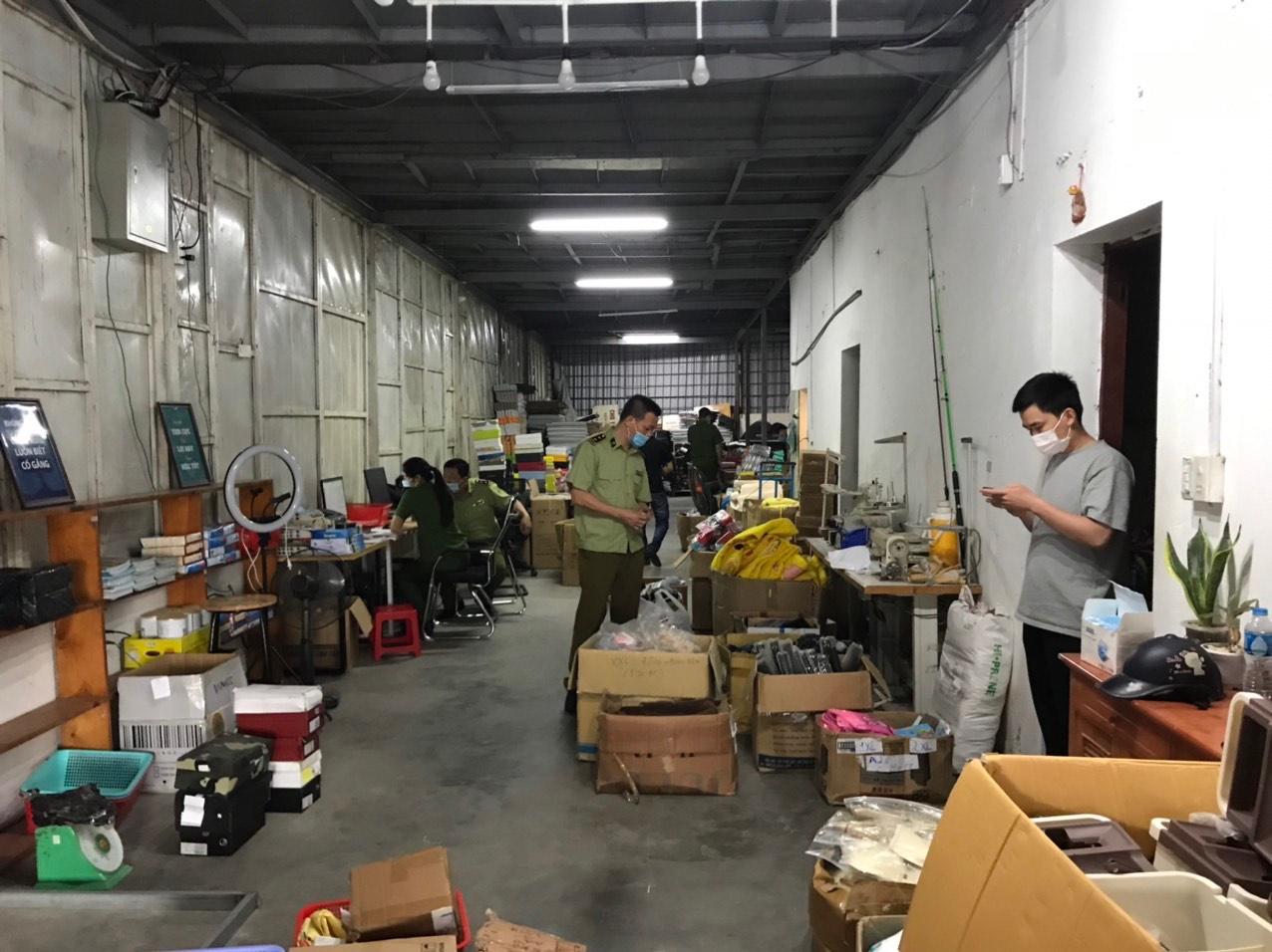 """""""Tổng kho Thanh Vân"""" kinh doanh hàng lậu qua mạng xã hội bị triệt phá"""